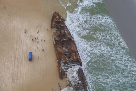 Maheno Shipwreck encallat a una platja d'Australia.
