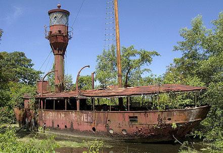 Vaixell far encallat, inicialment era un veler, Païos Baixos, Surinam 1911, com per fiar-se d'aquest far ...