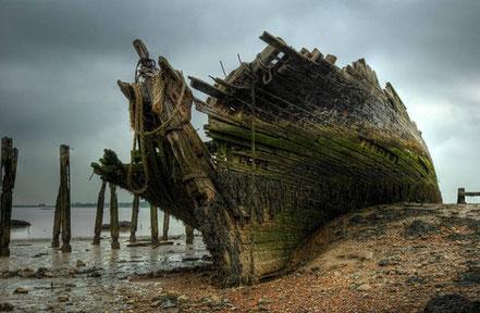 El Hans Egede, després d'estar al mar 35 anys, va col·lapsar mentre ho estaven remolcant.