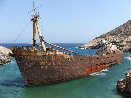 Shipwreck of the Olympia, Grècia Aquest naufragi es troba en una petita badia de Livero a l'illa grega de Amorgos. El vaixell va encallar aquí a 1979, procedent de Xipre.