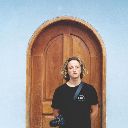Der SALZWASSER Surfer Joas trägt das fair und bio produzierte Riffgatt T-Shirt.