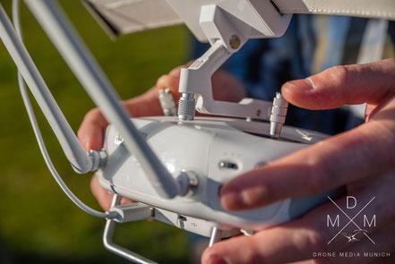 Ein Drohnenpilot beim Steuern eines Kopters in einem Drohnen-Kurs.