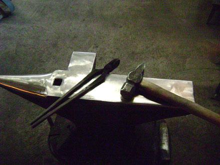 Amboss, Hammer und Zange, die wichtigsten Werkzeuge eines Schmieds
