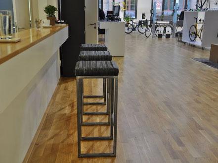 Barhocker Thekinger:  Mit Fahrradschlauch gepolsterte Sitzfläche, designd by Stef Fauser Berlin
