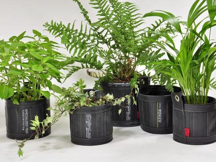 Flowertubes aus Fahrradschlauch und Planenstoff in verschiedenen Größen für Pflanzen von Stef Fauser Design.