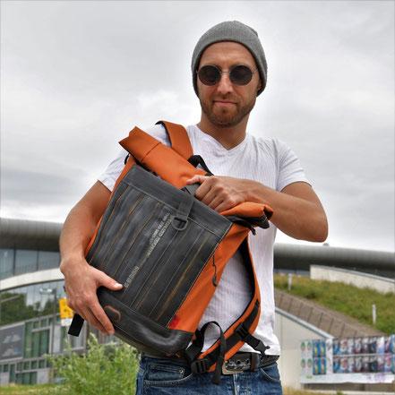 Rucksack Carringer orange von Stef Fauser Design — Upcycling aus Fahrradschlauch. Recycelte Materialien verwendet Stef Fauser für urbanes Design.