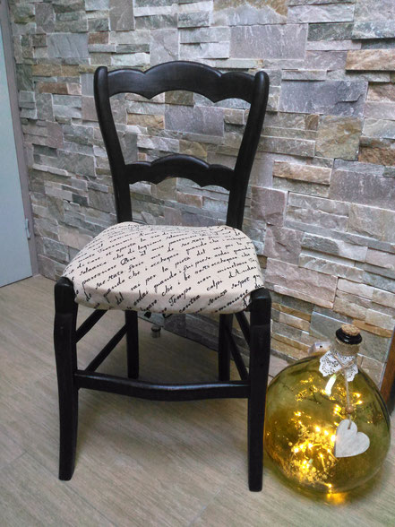 """relooking meubles Ancienne chaise relooké noir patiné avec son tissus déhoussable """"écriture"""" le mans sarthe"""