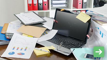 Chaotisches Büro mit Papierkram zum Sortieren und Ausmisten