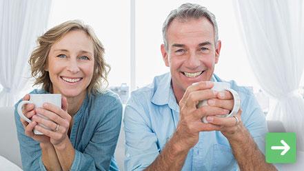 Ein Paar gönnt sich einen Tee und erholt sich vom Alltagsstress