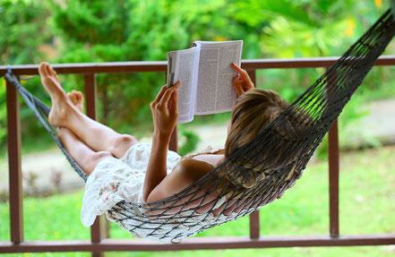 Hausfrau entspannt in einer Hängematte