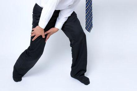 仕事中の事故で膝を痛めた(怪我した)男性