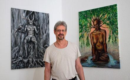 """Willi Büsing malt am Landschaftsbild """"Aus dem Schatten heraus"""" in seinem Atelier """"Corazón Verde"""" (das grüne Herz"""", das er mit seiner Ehefrau und Künstlerkollegin, Jennifer Jennsel, teilt."""