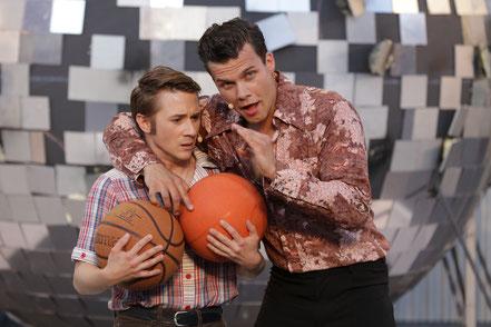 """Stefan Luethy als """"Bobby C."""" und Lukas Baier als """"Tony Manero"""" © Die Foto-Maus/Hillebrecht"""
