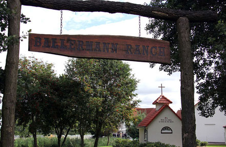 Ballermann Ranch, Blockwinkel - mit St. Leonhard Kapelle