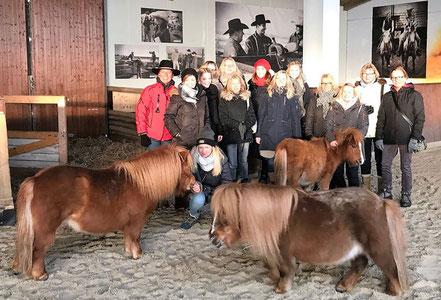 Annette Engelhardt mit den Reitermädel aus Wedehorn und 'Fridolin' (hinten) mit Sunny und Trixi aus seiner Bande