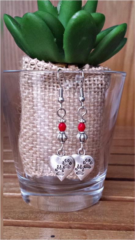 Boucles d'oreilles pendantes AIMEE cœurs pas de chaton pendantes perles rouges entourée de perles argenté ethnique
