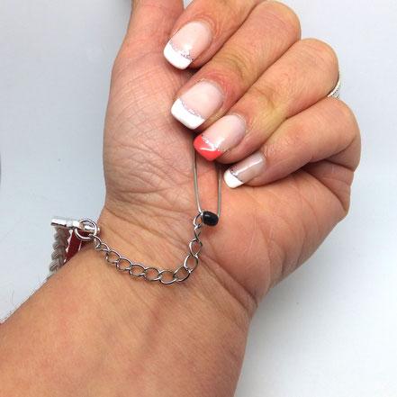 Astuce pour mettre mon bracelet seule blog manoleo fantaisies Attrapez l'épingle à nourrice à l'intérieur de votre paume