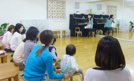 幼児教室の0歳児、1歳児コースのレッスンで、リトミックを新しい教室で行っています。