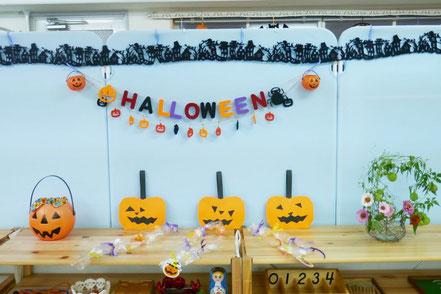 幼児教室のモンテッソーリの個別活動で、ハロウィンにちなんで、お菓子を制作しました。