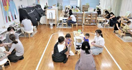 幼児教室の親子で学ぶクラス(0~1歳児)で、お子様がお母さまといっしょにモンテッソーリの個別活動を行っています。