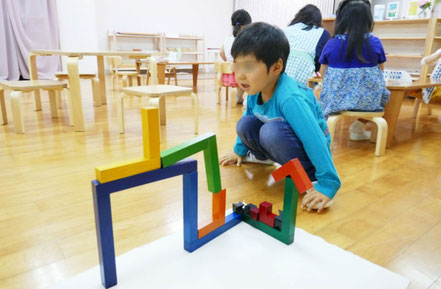 幼稚園児がモンテッソーリ活動でアングーラを使って活動。カタログにないオリジナルな形を作り上げました。