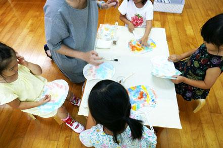 幼稚園児クラスでは、先週に和紙体験でつくった和紙を使って、自分だけのうちわ制作に取り組みました。
