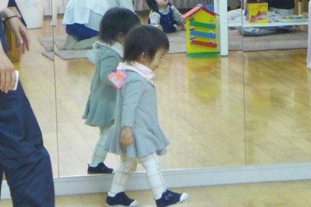 幼児教室のステッラコース(1歳児)のモンテッソーリ活動で、生徒が歩くことを楽しみながら集中して行っています。