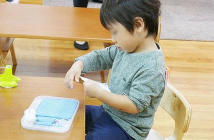 母子分離クラスの2歳児がモンテッソーリの活動で、縫い取りのお仕事に集中して取り組んでいます。