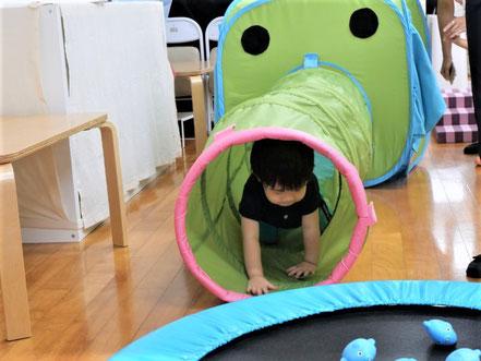 幼児教室の夏祭りで未就園児がぞうさんのトンネルをくぐって楽しく遊んでいます。
