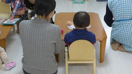 幼児教室のステッラコース(1歳児)、モンテッソーリの活動でお子様の活動を距離をあけて、お母様が見守っています。