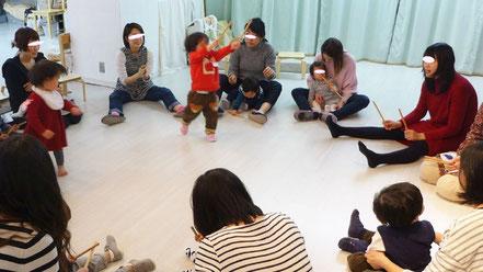 幼児教室のリトミックで、スティックで2拍子をとりながら、みんなで「うれしいひなまつり」を歌いました。