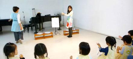 リトミックのレッスンで、いろいろな楽器を使って「虫の声」をみんなで合奏。2歳児クラスの様子です。