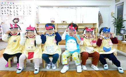 モンテッソーリの活動で節分にちなんだ活動で鬼のお面を製作、母子分離クラスの2歳児が製作した鬼のお面をつけて勢揃いしました。