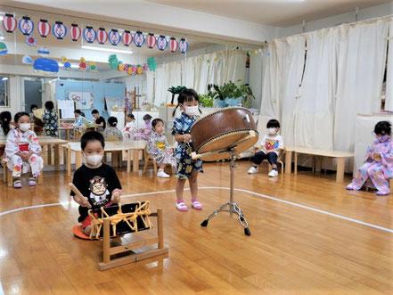幼児教室の夏祭りで幼稚園児が和太鼓体験。気持ちよく鳴らしています