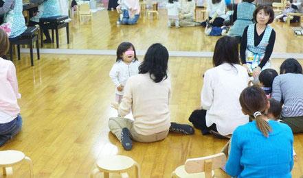 幼児教室のステッラコース(1歳児)のリトミックで、生徒が音楽に合わせて身体を使っていきいきと表現しています。