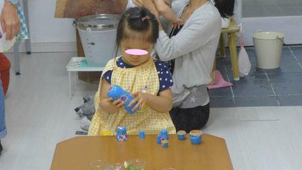 幼児教室フィオーレコース(2歳児)のモンテッソーリ活動で、マトリューショカの圧胴を集中して行っています。