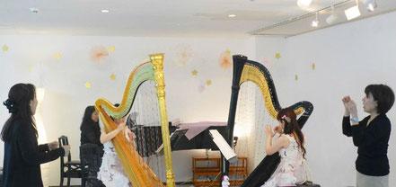 ピアノとハープの演奏に合わせて、みんなで「アイアイ」などの童謡を楽しく歌いました。