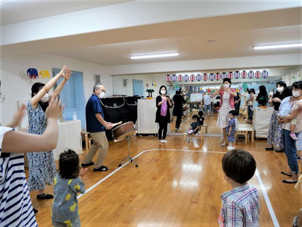 幼児教室の夏祭りで未就園児がドラえもん音頭に合わせて上手に踊っています。