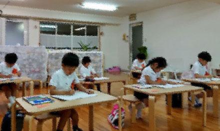 幼児教室で、小学校受験に向けた模擬テストを開催し、幼稚園児が真剣に取り組みました。