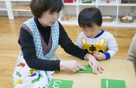 モンテッソーリ教育の個別活動では、お子様の成長や興味に合わせた適切な教具を提示し、お子様の成長・発達を引き出しています。