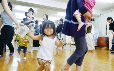 1歳児がリトミックで音楽に合わせてげんきよくかけっこをしています。