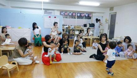 リトミックの活動で手遊び歌をみんなで行いました。生徒は、集中してすぐに動作を覚えていまいます。