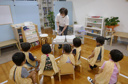 母子分離クラスの2歳児は、自分だけで集中して先生のお話を聞く力がついています。