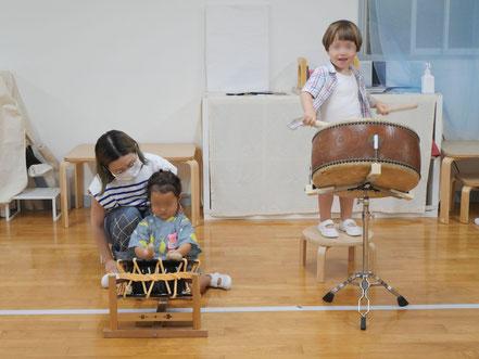 幼児教師tの夏祭りで2歳児が和太鼓を体験しています。