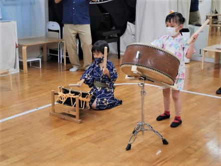 幼児教室の夏祭りで幼稚園児が息をぴったり合わせて太鼓を叩いています。