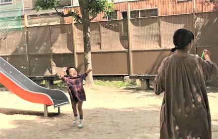 公園で外遊び。tのしくてお母さまに「ママ!」と2歳児が呼び掛けています。