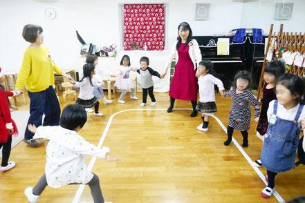 幼児教室の幼稚園児クラスのクリスマス会。リトミックでクリスマスにちなんだ歌「ソリすべり」に合わせてみんなで楽しくダンスをしました。