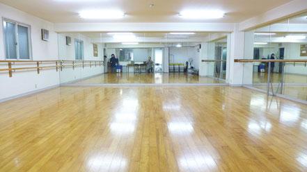 新しい教室はサクラの木でフローリングされています。64㎡の十分な広さを備え、伸び伸びと活動ができます。