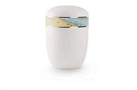 Weiß satinierte Seeurne mit umlaufendem Zierband: Spuren im Sand