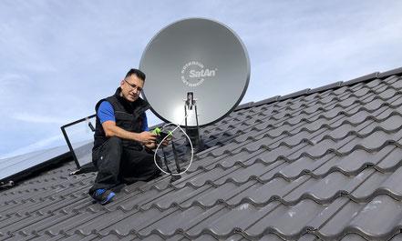 Montage einer Satelliten-Anlage auf dem Dach, SAT Technik, Kathrein Satelliten-Anlage, Mehrteilnehmer, Hambrücken